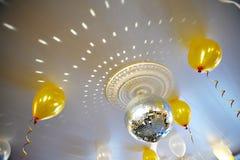 Bola del espejo en el pasillo del banquete de la boda del techo Fotografía de archivo libre de regalías