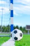 Bola del fútbol en línea de meta Fotos de archivo