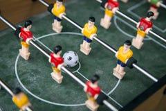 Bola del foco en juego de tabla del fútbol del comienzo Concep del juego del deporte del juguete del muchacho Fotografía de archivo