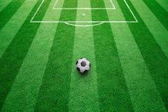 Bola del fútbol en campo de fútbol soleado Fotos de archivo
