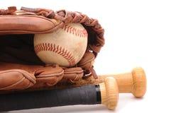 Bola del guante de béisbol y dos palos en blanco Imágenes de archivo libres de regalías
