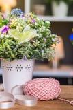 Bola del hilo para obras de punto con las flores Fotografía de archivo libre de regalías