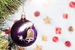 Bola del juguete de la Navidad en un árbol de navidad Imagenes de archivo