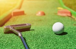 bola del Mini-golf en hierba artificial verano fotografía de archivo libre de regalías