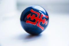 Bola del negro de China con símbolo rojo Modelo fotografía de archivo