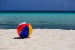 Bola del niño en la playa de la arena Imágenes de archivo libres de regalías