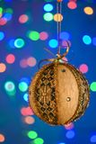 Bola del oro del Año Nuevo en el fondo azul Imagenes de archivo