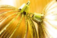 Bola del oro del ornamento dos de la Navidad Fotografía de archivo libre de regalías