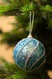 Bola del ` s del Año Nuevo en ramas del árbol de navidad hermoso Imagenes de archivo