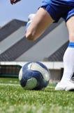 Bola del shooting del jugador de fútbol Foto de archivo libre de regalías
