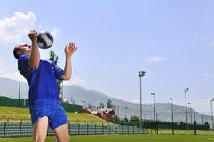 Bola del shooting del jugador de fútbol Fotografía de archivo libre de regalías