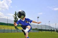 Bola del shooting del jugador de fútbol Imagen de archivo libre de regalías