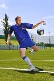 Bola del shooting del jugador de fútbol Fotos de archivo libres de regalías