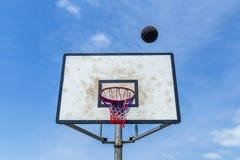 Bola del tablero del baloncesto al aire libre Foto de archivo