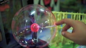 Bola del tesla del recuerdo en la acción La mano masculina que toca la bola y consigue el arco voltaico metrajes