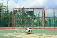 Bola delante de la meta futsal en la corte futsal al aire libre Foto de archivo libre de regalías