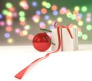 Bola do ano novo com caixa de presente Fotografia de Stock