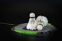 A bola do badminton é colocada na rede da raquete de badminton Foto de Stock