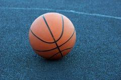Bola do basquetebol na corte que joga o basquetebol imagem de stock royalty free