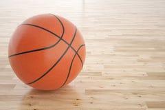 Bola do basquetebol no assoalho de madeira Imagens de Stock