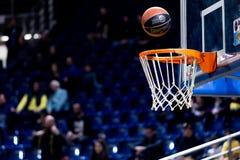 Bola do basquetebol que atravessa a rede Foto de Stock Royalty Free