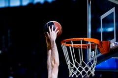 Bola do basquetebol que atravessa a rede Imagem de Stock Royalty Free