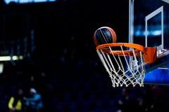 Bola do basquetebol que atravessa a rede Imagens de Stock Royalty Free