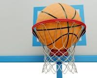 Bola do basquetebol que cai em um close-up da aro de basquetebol Fotos de Stock Royalty Free
