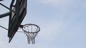 A bola do basquetebol voa no anel video estoque