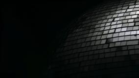A bola do disco do espelho gerencie perto acima Fundo preto video estoque