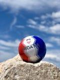 Bola 2018 do futebol da Croácia com céu azul imagem de stock royalty free