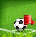Bola do futebol (futebol) no canto do campo e da bandeira Imagens de Stock Royalty Free