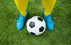 Bola do futebol ou de futebol no lance inicial de um jogo Imagem de Stock Royalty Free