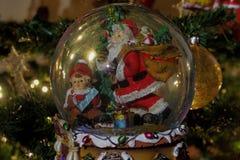 Bola do globo da neve do Natal Fotos de Stock Royalty Free