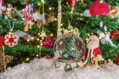 Bola do globo da neve do Natal antes do fundo borrado com espaço para o texto imagens de stock royalty free