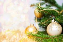 Bola do Natal com espaço da cópia e fundo de brilho Foto de Stock