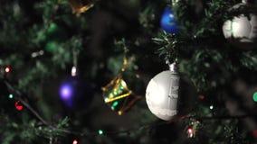 Bola do Natal com luzes da festão atrás video estoque