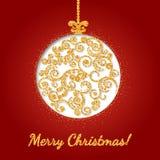 Bola do Natal, decorada com um teste padrão delicado com textura do ouro Imagem de Stock Royalty Free