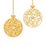 Bola do Natal, decorada com um teste padrão delicado com textura do ouro Fotografia de Stock