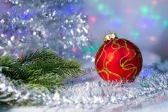 Bola do Natal e ramo de árvore vermelhos no imagem de stock royalty free