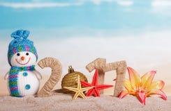 Bola do Natal em vez do número 0 em 2017 e do boneco de neve, flowe Imagens de Stock