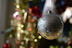 Bola do Natal, fundo blured fotos de stock