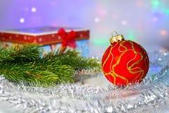 Bola do Natal, ramo vermelhos do abeto e com caixa de presente fotografia de stock