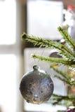 Bola do Natal suspendida de um ramo imagens de stock