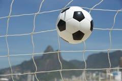 Bola do objetivo do futebol na rede Rio de janeiro Brazil Beach do futebol Fotos de Stock Royalty Free