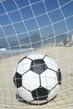Bola do objetivo do futebol na rede Rio de janeiro Brazil Beach do futebol Fotos de Stock