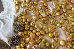 Bola do ouro, cones do pinho do Natal fotografia de stock royalty free