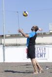 Bola do serviço do jogador de voleibol da praia do homem fotografia de stock