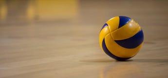 Bola do voleibol no fundo de madeira borrado do parquet Bandeira, espaço para o texto, fim acima da vista com detalhes fotografia de stock