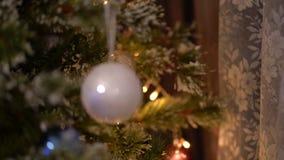 Bola do White Christmas no movimento borrado da árvore de Natal vídeos de arquivo